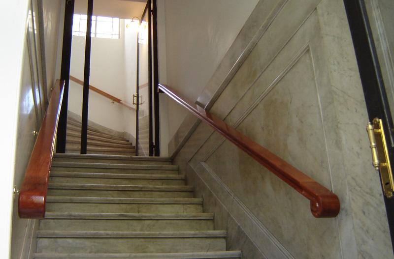 Fabrica de escaleras de madera plastificadora argentina for Pasamanos para escaleras interiores